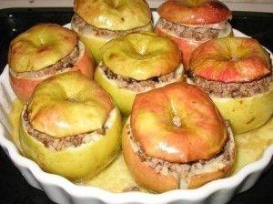 Kepti obuoliai su mėsa ir sūriu