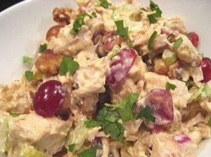 Vištienos salotos su vynuogėmis ir kedro riešutais