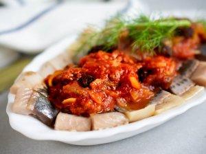 Silkė su svogūnais, pomidorų padažu ir razinomis