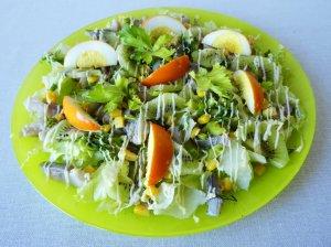 Pavasariškos salotos su silke ir be lukšto dažytais kiaušiniais