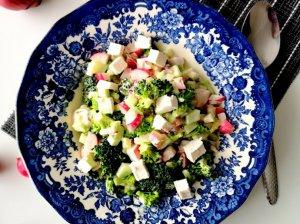 Greitos brokolių salotos su ridikėliais ir fetos sūriu