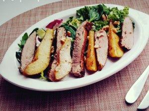 Karštos salotos su antiena ir karamelizuotomis kriaušėmis