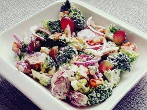 Brokolių salotos su šonine ir vynuogėmis