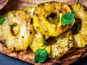Ananasų žiedai ant grotelių grilio
