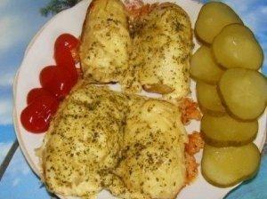 Keptos šviežios bulvės su kmynais ir sūriu