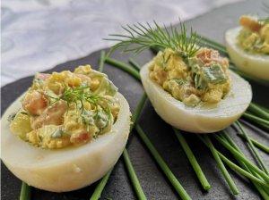 Įdaryti kiaušiniai su kumpiu ir agurkais