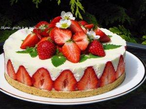 Nekeptas varškės tortas su braškėmis