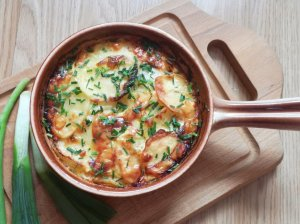 Česnakinė bulvių apkepėlė su sūriu