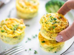 Maistingi brokolių, kiaušinių ir sūrio keksiukai