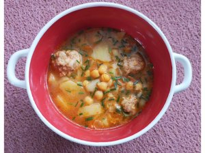 Avinžirnių sriuba su mėsos kukuliais