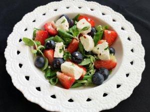 Gaivios salotos su uogomis ir varškės sūriu