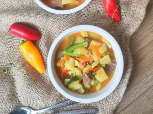 Turkiškas mėsos troškinys su bulvėmis ir daržovėmis