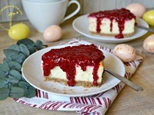 Sūrio tortas su aviečių uogiene