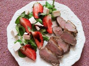 Antienos filė pjausniai su salotomis, braškėmis ir feta