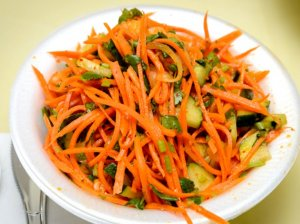 Aštrios agurkų ir morkų salotos