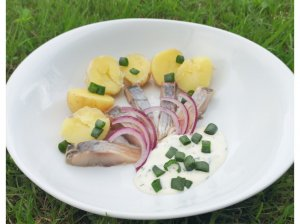 Silkė su bulvėmis ir jogurtiniu medaus padažu