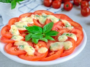 Greitai marinuotos pomidorų salotos