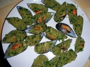 Česnakiniu sviestu įdaryti moliuskai