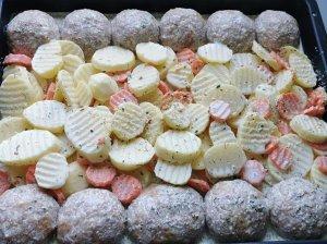 Sultingi mėsos kotletai orkaitėje su cukinija, bulvėmis ir morkomis