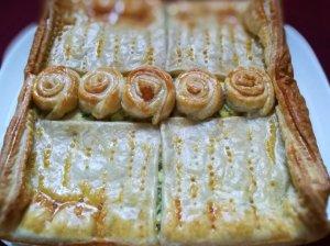 Pyragas su varške, kumpiu ir morkų lapeliais
