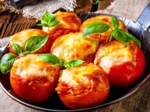 Įdaryti pomidorai su varške ir sūriu orkaitėje