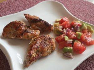 Kalakutienos kepsneliai su pomidorų ir avokadų salsa