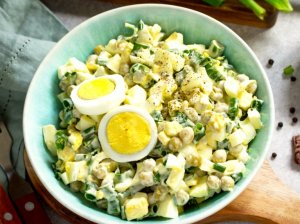 Greitos kiaušinių salotos su žirneliais (be majonezo)