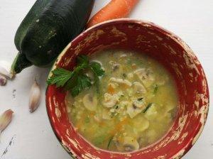 Cukinijų sriuba su soromis ir pievagrybiais