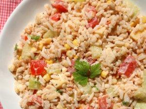 Greitos vištienos salotos su daržovėmis ir ryžiais (be majonezo)