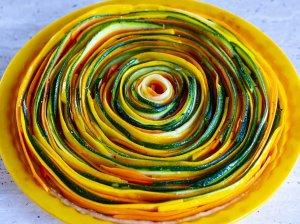 """Spalvingas cukinijų ir morkų pyragas """"Spiralė"""""""
