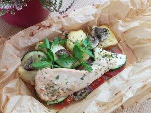 Kepimo popieriuje kepta vištiena su daržovėmis