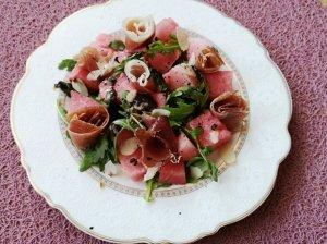 Arbūzo salotos su kumpiu ir gražgarstėmis