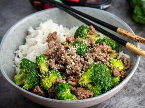 Greitas smulkintos mėsos troškinys su brokoliais keptuvėje