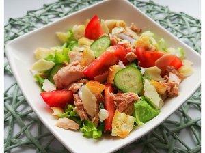 Greitos tuno salotos su sūriu ir skrebučiais
