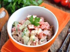 Greitos daržovių salotos su mėsyte ir sūriu