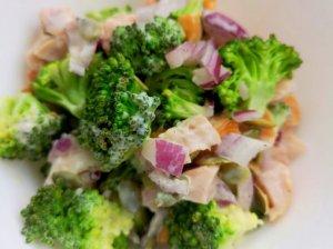 Traškios brokolio salotos su rūkyta vištiena