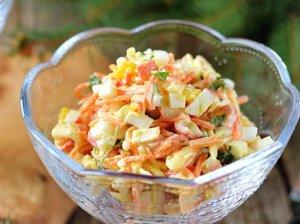 Pikantiškos krabų lazdelių salotos su sūriu ir morkomis