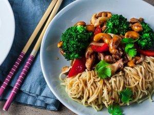 Azijietiška wok vištiena su brokoliais ir anakardžiais