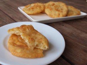 Kefyro pyragėliai su sūriu keptuvėje