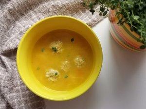 Moliūgų sriuba su žirniais ir mėsos kukuliais