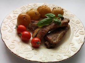 Kiaulienos šonkauliukai su bulvėmis kepti orkaitėje