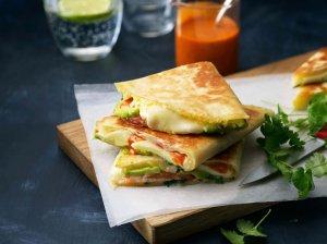 Greitos kesadilijos su pomidorais, sūriu ir avokadu
