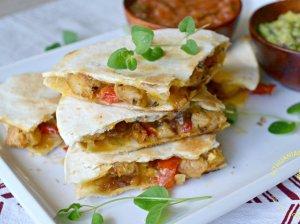 """Tortilijų pyragėliai su vištiena, sūriu ir daržovėmis """"Kesadilijos"""""""