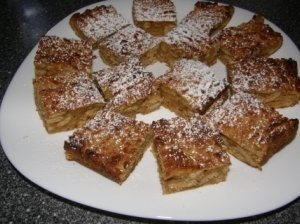 Trakuotų obuolių pyragas su sausainiais