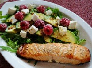 Gaivios salotos su kepta lašiša