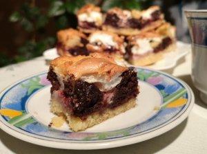 Pyragas su uogiene ir baltymų kepure