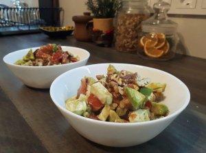 Greitos avokadų salotos su sūriu ir pomidorais