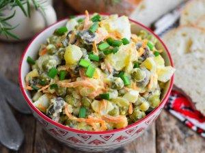 Bulvių salotos su marinuotais pievagrybiais ir daržovėmis