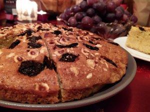 Šventinis pyragas su riešutais ir džiovintomis slyvomis