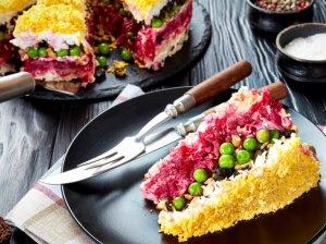 Sluoksniuotos vištienos salotos su burokėliais